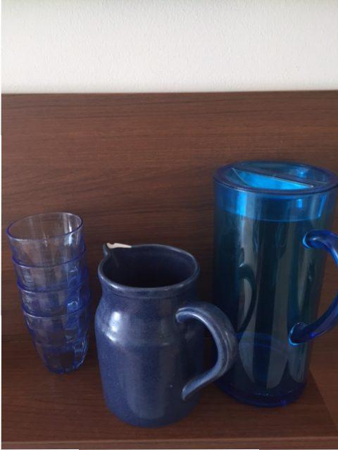 waterkan met scherf en glazen